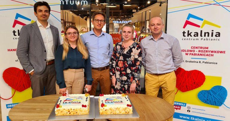 Częstujemy gości i najemców Tkalni tortem urodzinowym